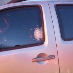 Carro é atingido por vários tiros na Paraíba e blindagem salva motorista